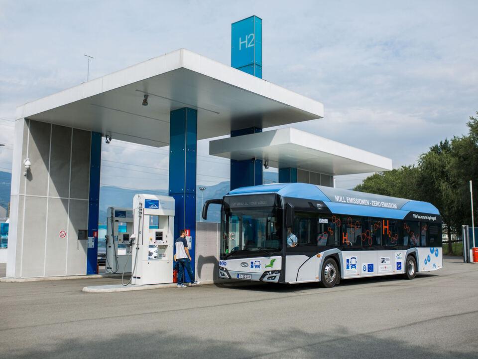 Nicht nur passende Verbindungen, sondern auch emissionsarme Fahrzeuge gehören zum Mobilitätskonzept des Landes: Neue Wasserstoffbusse sind für 2021 im Stadtbereich vorgesehen. (Foto: SASA) bus