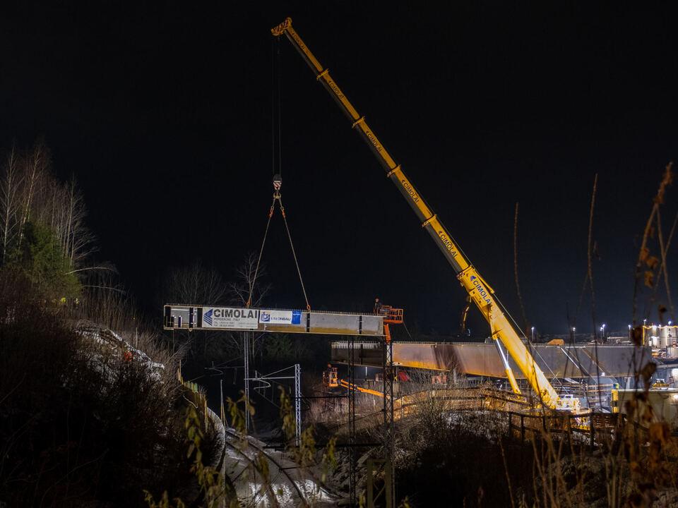 Brückenschlag für die neue Einfahrt ins Gadertal: Die zukünftige Brücke wird über die Bahnlinie und über die Rienz gespannt.