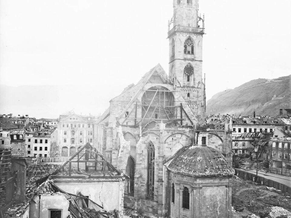 Eine eindrucksvolle Darstellung aus der virtuellen TAP-Ausstellung: Der durch Bomben zerstörte Bozner Dom im Jahr 1945. (Foto: Fotostudio Waldmüller)