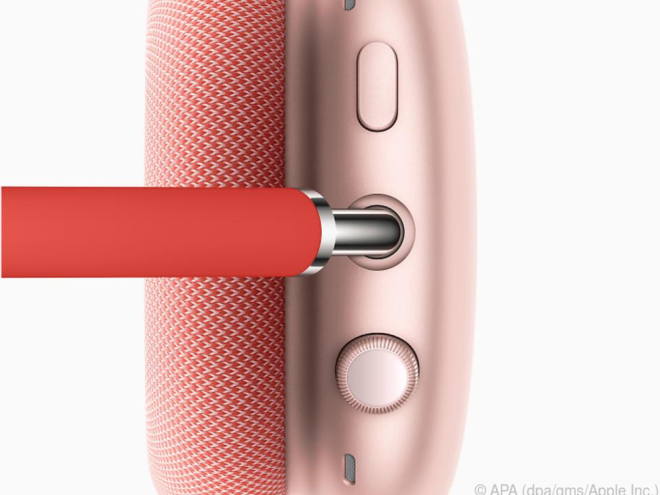 Auf der rechten Hörmuschel der Airpods Max thronen die intuitiven Bedienelemente