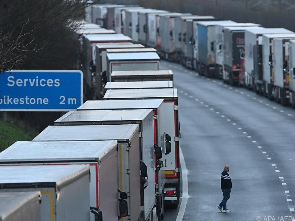 Lkw stauen sich vor Dover