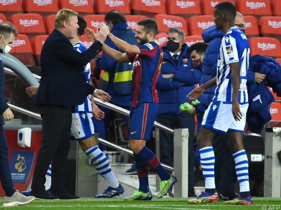 Barca-Coach Koeman und Jordi Alba klatschen ab