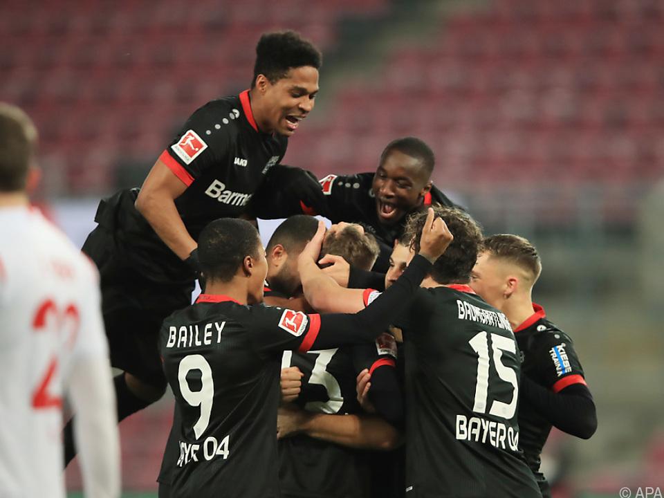 Leverkusen feiert das Tor zum 1:0