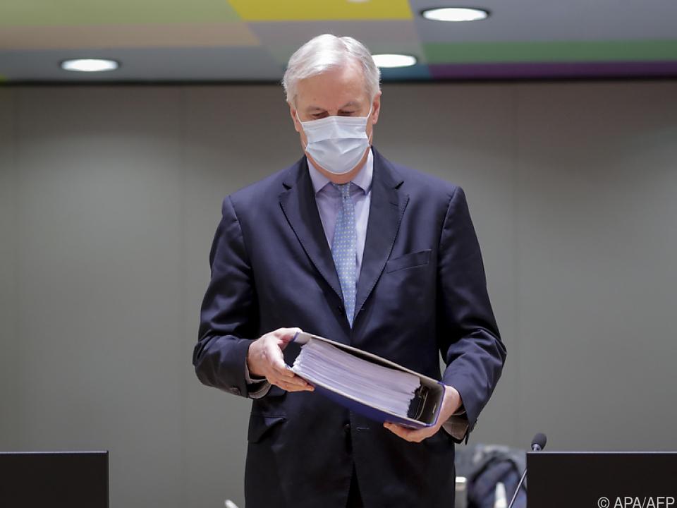 Michel Barnier hält den Brexit-Handelspakt in Händen