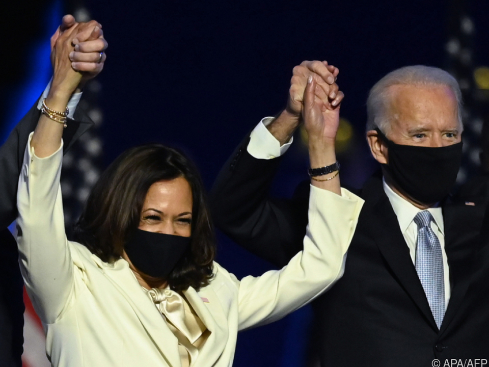 Biden und Harris freuen sich nach ihrem Wahlsieg