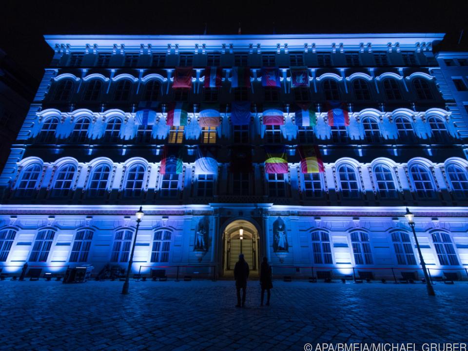 Das blau beleuchtete Außenministerium
