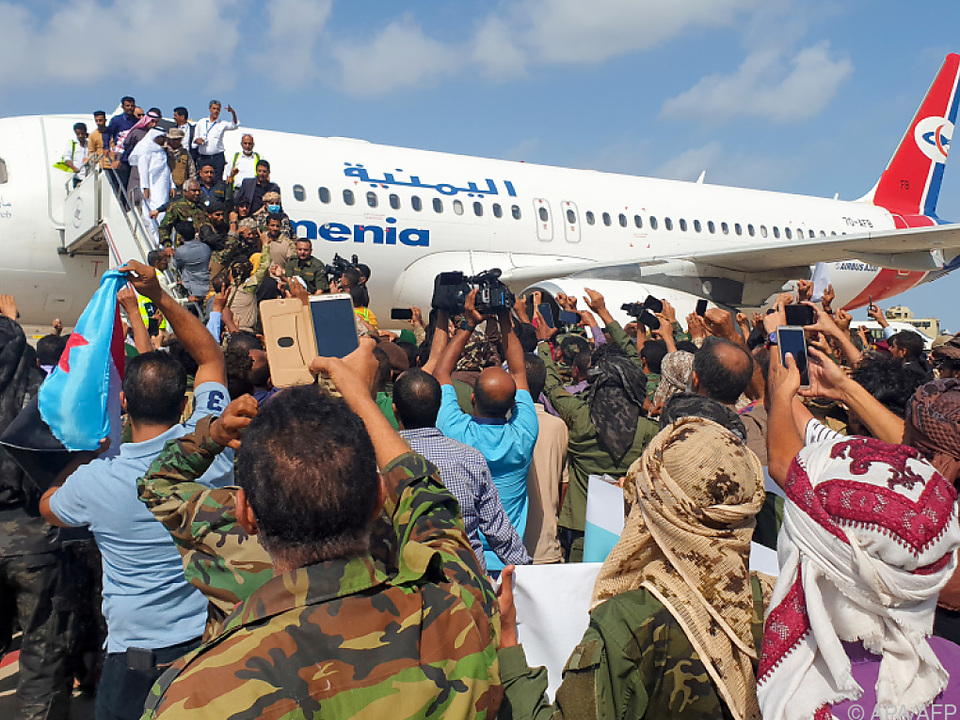 Ankunft der jemenitischen Regierungsmaschine in Aden