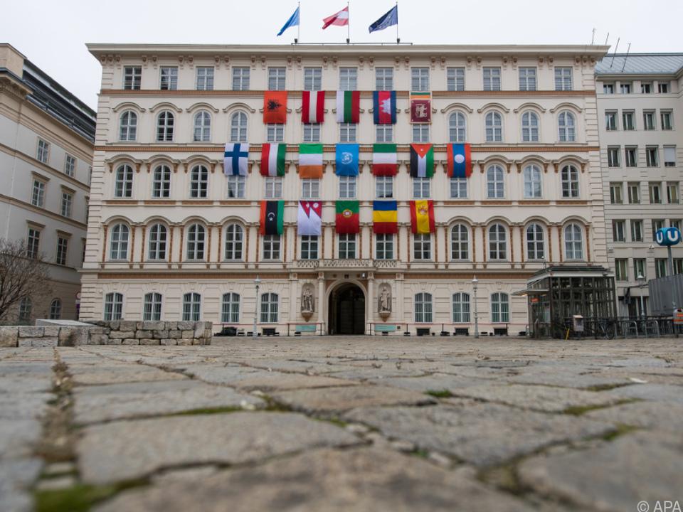 Fahnen am Außenministerium erinnern an Aufnahme Österreichs in die UNO