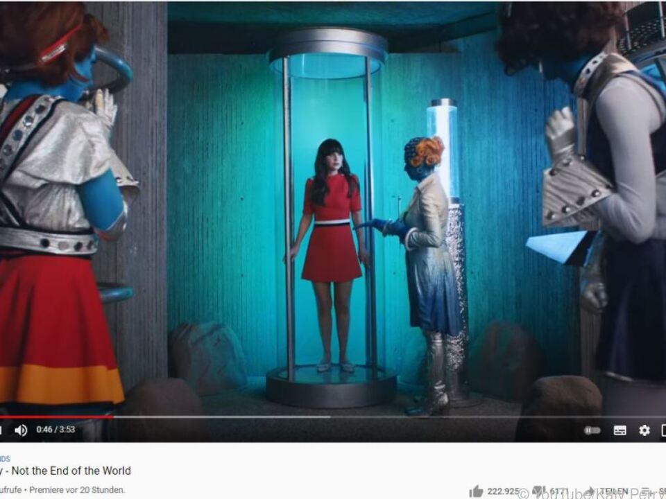In dem Musikvideo wird Zooey Deschanel versehentlich entführt