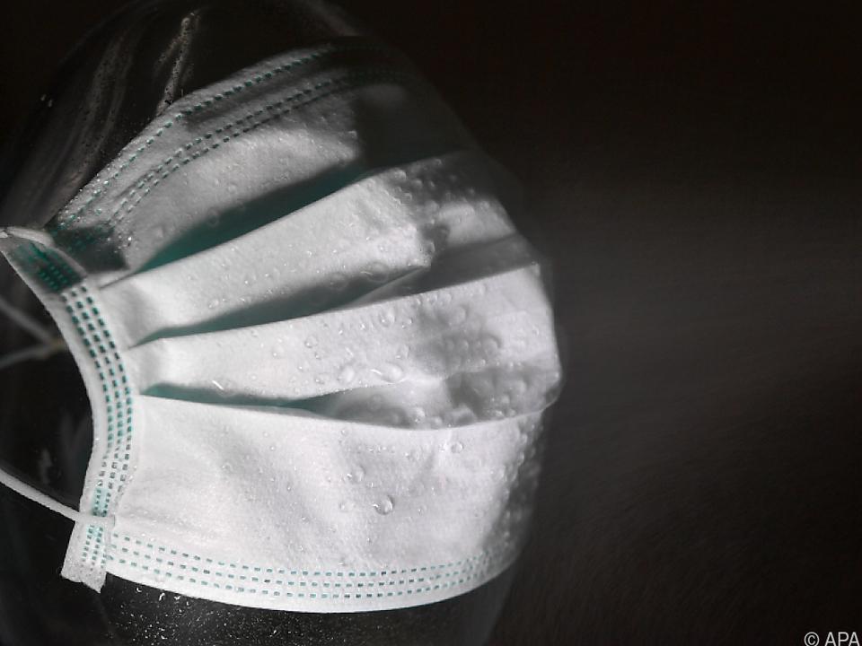 In der Klage wird an Wirksamkeit der Maske gezweifelt (Symbolbild)