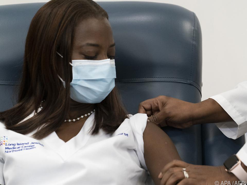 Krankenschwester Sandra Lindsey wurde als Erste geimpft
