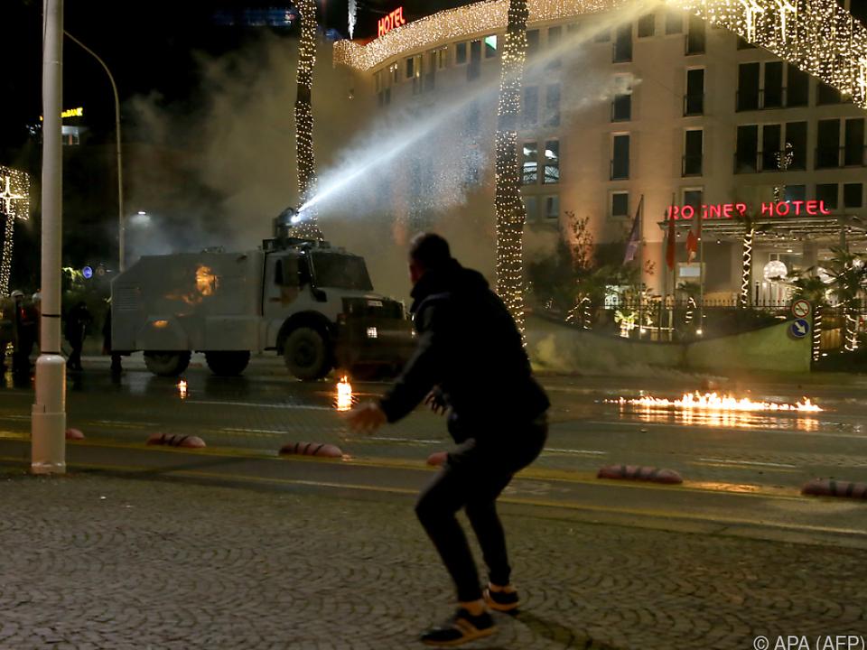 Wasserwerfer vor Rogner Hotel im Zentrum Tiranas