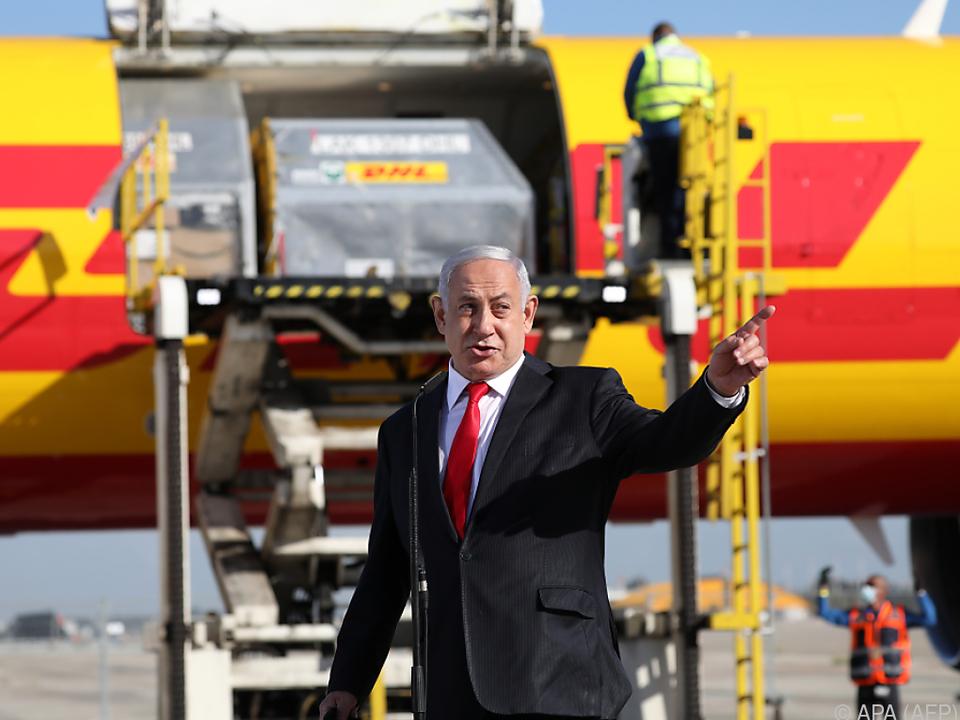 Netanyahu bei Ankunft von Impfstoff mit dabei