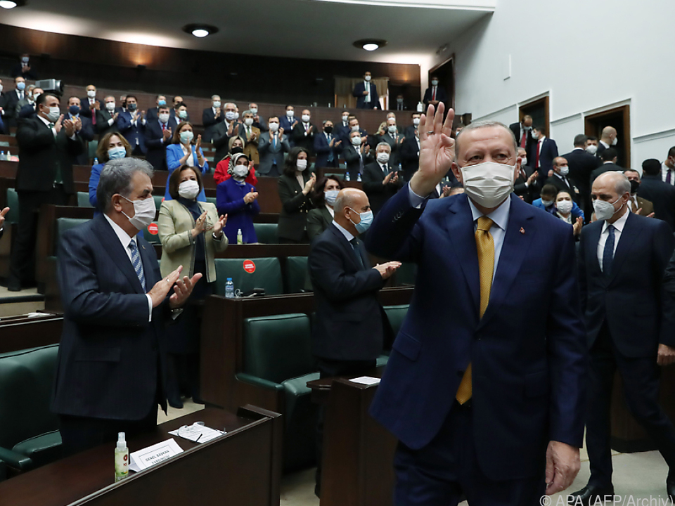 Präsident Erdogan von seinen Abgeordneten gefeiert