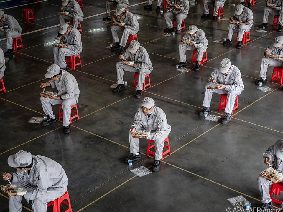 Wirtschaft in China - Arbeiter in Mittagspause