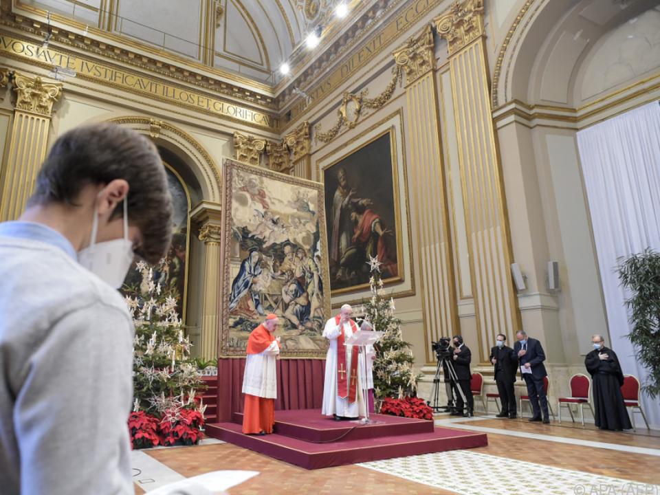 Doch der päpstliche Segen konnte nur mit Abstand gespendet werden