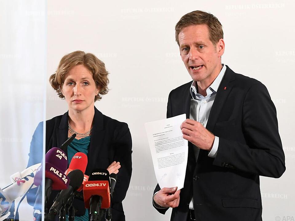 Krisper (NEOS) und Krainer (SPÖ) üben heftige Kritik
