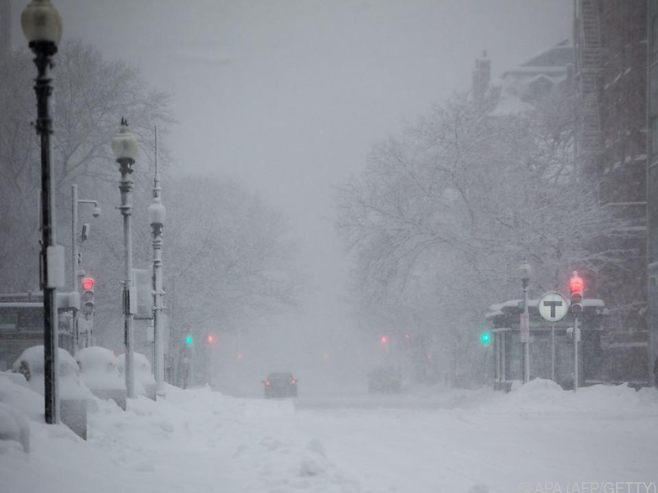 Starke Schneefälle sorgen für Verkehrschaos und Unfälle