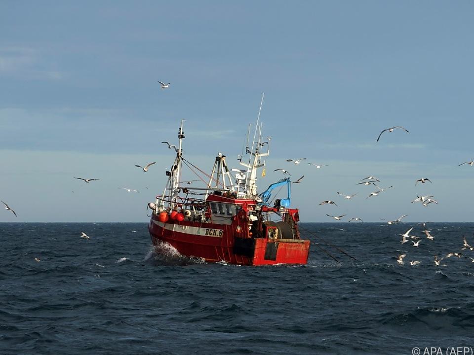Ein Fischkutter in der Nordsee vor Nordengland