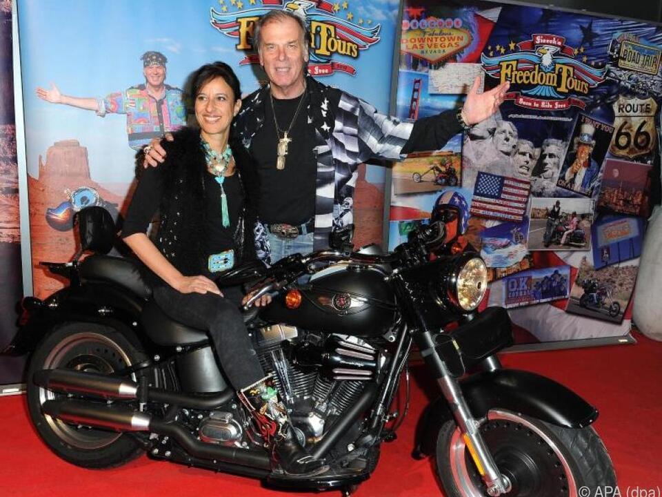 Wolfgang Fierek und seine Frau Djamila mit der geliebten Harley