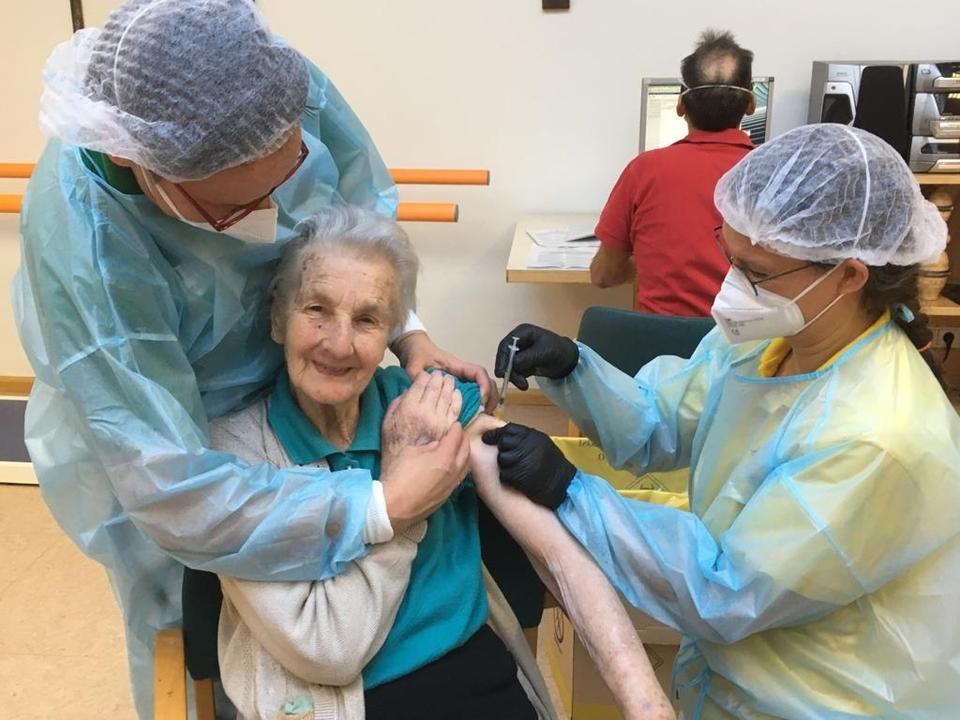 Auch im Altenheim Tirol wurden in den vergangenen Tagen Mitarbeitende und Heimbewohnerinnen und Heimbewohner gegen das Coronavirus geimpft. (Foto:  coronavirus altenheim südtirol impfung 1094733_20210115_ImpfungSWH