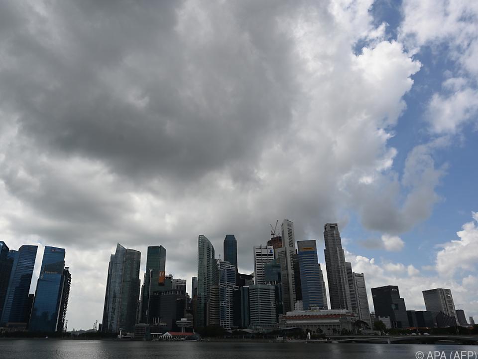 Dunkle Wolken über der Skyline von Singapur
