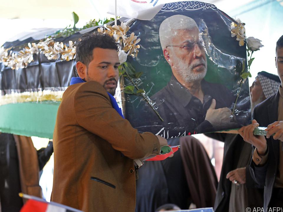 Iraker mit Attrappe des Sarges von Soleimani