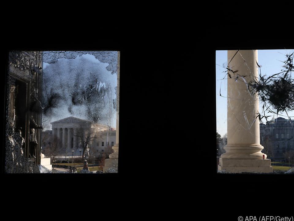 Am Kapitol sind Spuren der Verwüstungen geblieben