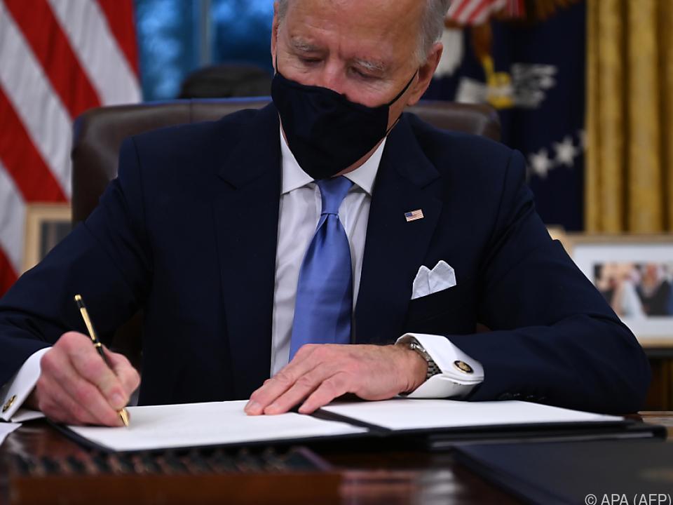 Biden unterzeichnet seine ersten Erlässe
