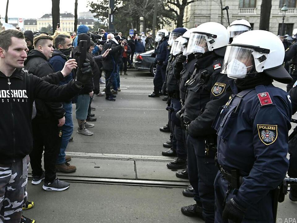 Demonstranten und Polizisten Aug\' in Aug\'