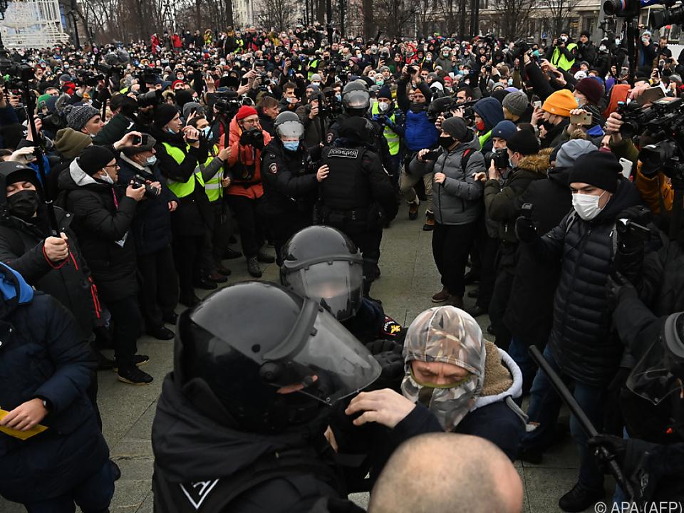 Die Polizei geht mit Härte gegen Kreml-kritische Demonstranten vor