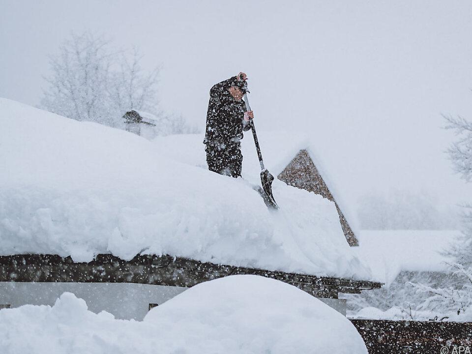 Ein Mann beim Schneeschaufeln in Lienz (Archivbild)