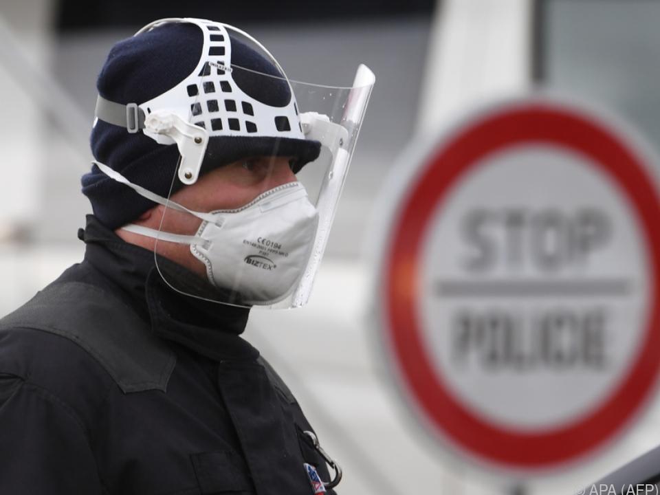 Ein tschechischer Polizist an der Grenze zu Deutschland (Archivbild)