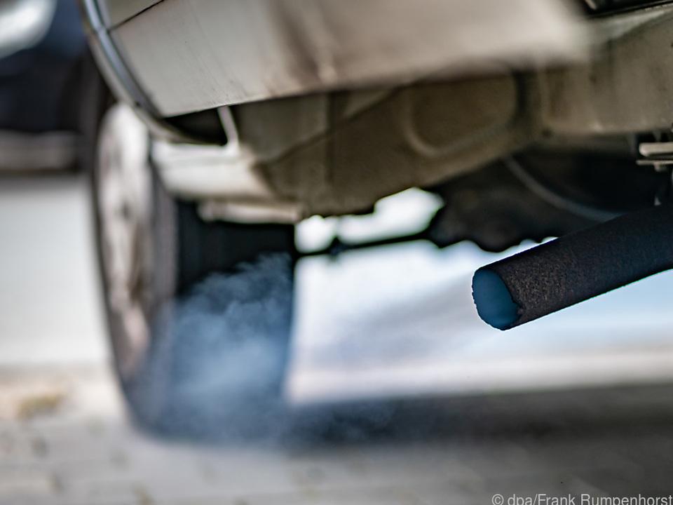 Bläuliche Rauchwolken des Dieselmotors eines Kleinlasters
