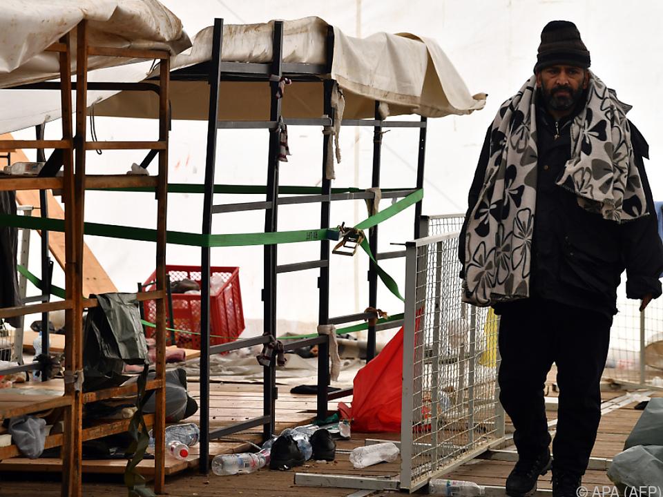 Ein Migrant im zerstörten bosnischen Lager Lipa