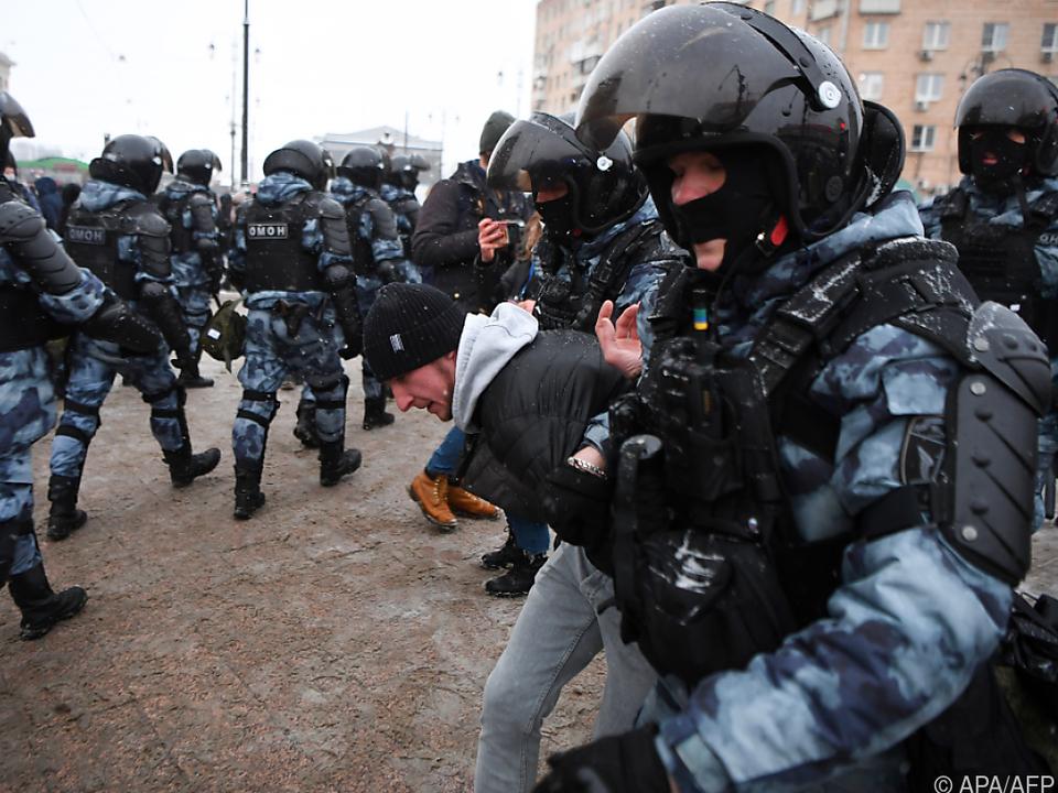 Festnahme eines Demonstranten bei Anti-Putin-Protsten in Moskau