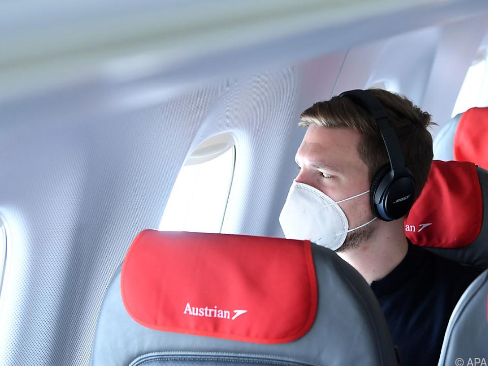 Fliegen in Zeiten von Corona - Passagier mit Maske