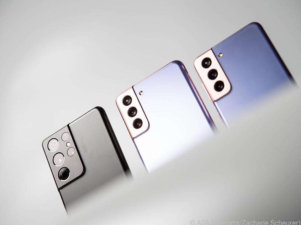 Samsungs neue Smartphones S21 (rechts), S21+ (Mitte) und S21 Ultra (links)