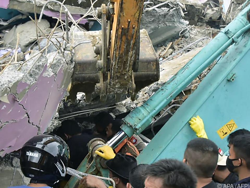 Helfer suchen nach Überlebenden in eingestürztem Krankenhaus