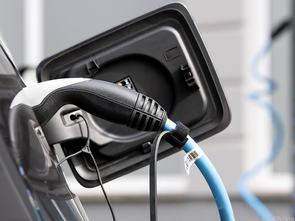 In Pandemie wollen mehr Menschen mit dem (Elektro-)Auto fahren