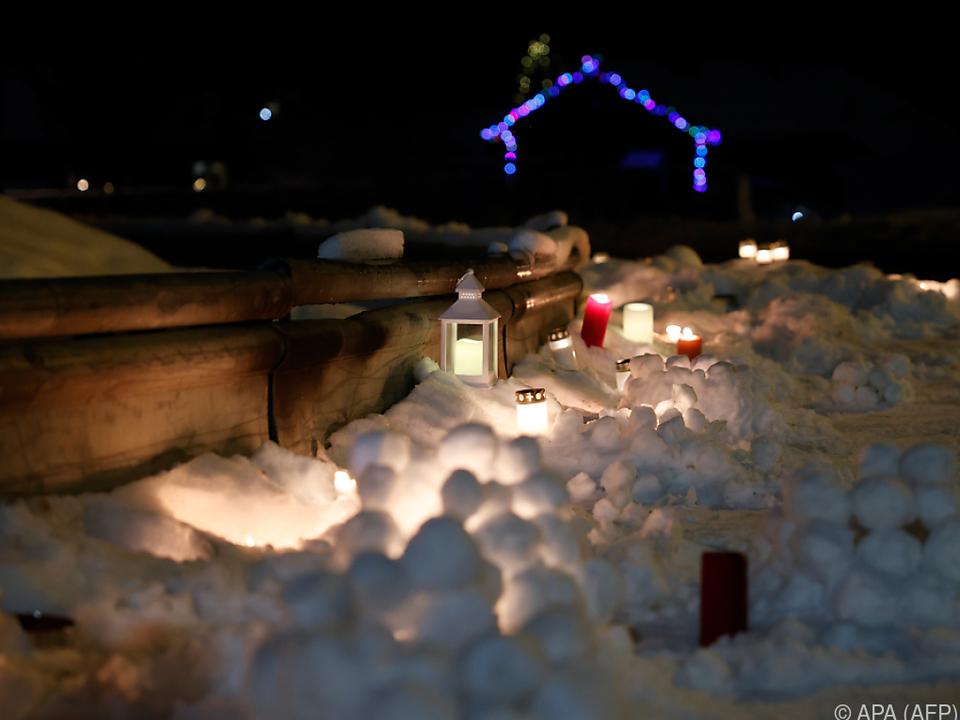 Kerzen für die Opfer des Erdrutsches