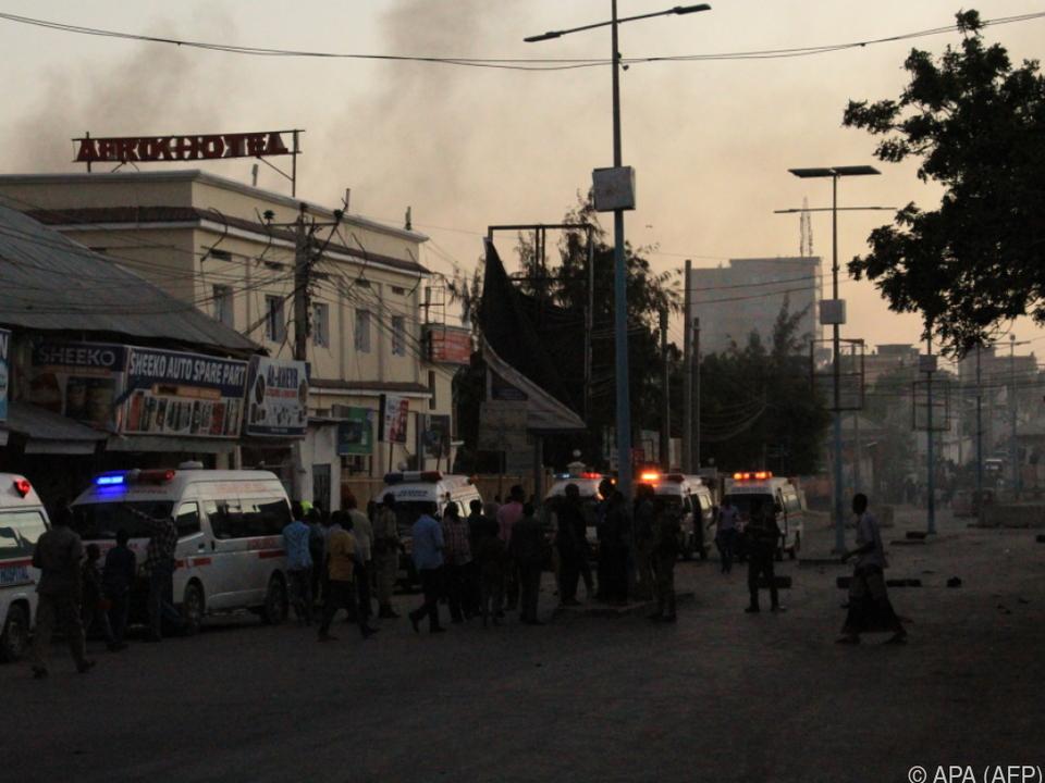 Krankenwagen transportierten Verletzte ab
