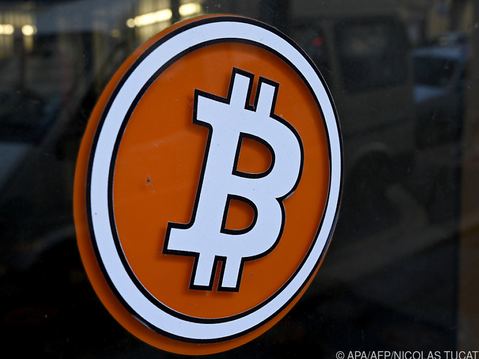 Das Bitcoin-Logo bei einer Wechselstelle
