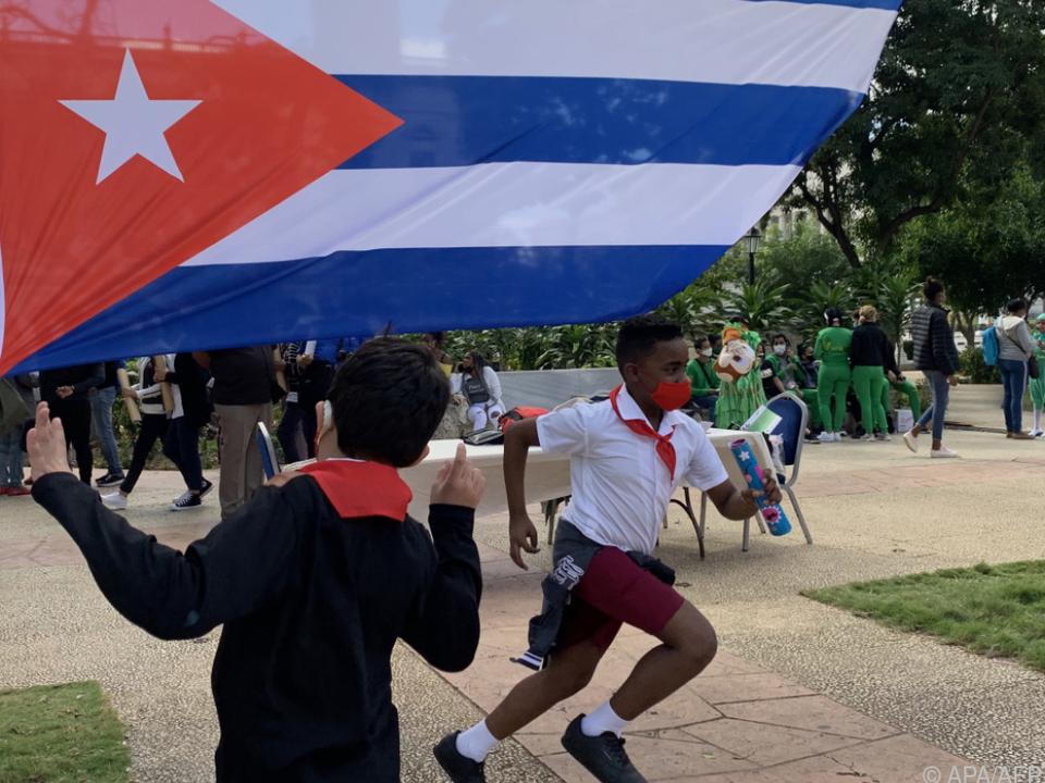 Kubanische Schüler mit Flagge