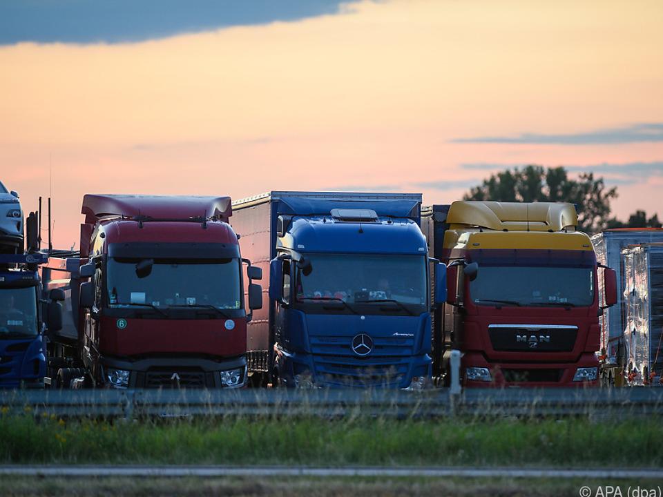 Lastwagen stehen auf einem Stellplatz eines Autohofes in Deutschland lkw sym wirtschaft handel transit verkehr transport