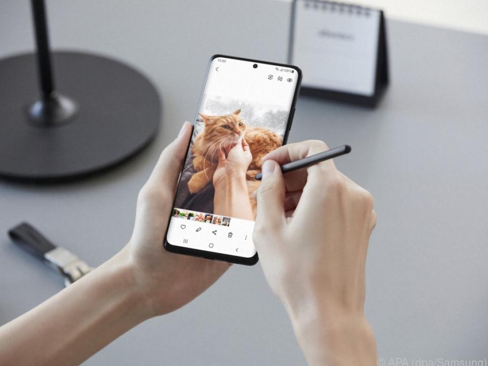 Mit dem S Pen kann man direkt auf dem Ultra-Bildschirm schreiben