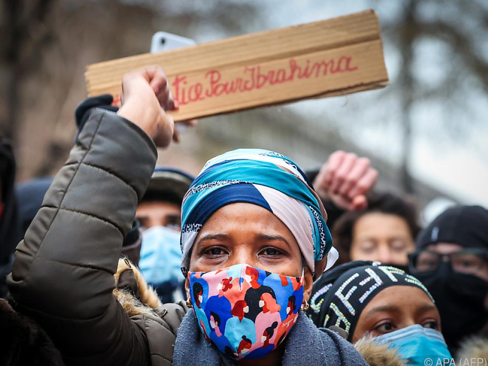 Mutter des gestorbenen 23-Jährigen demonstrierte vor Polizeistation
