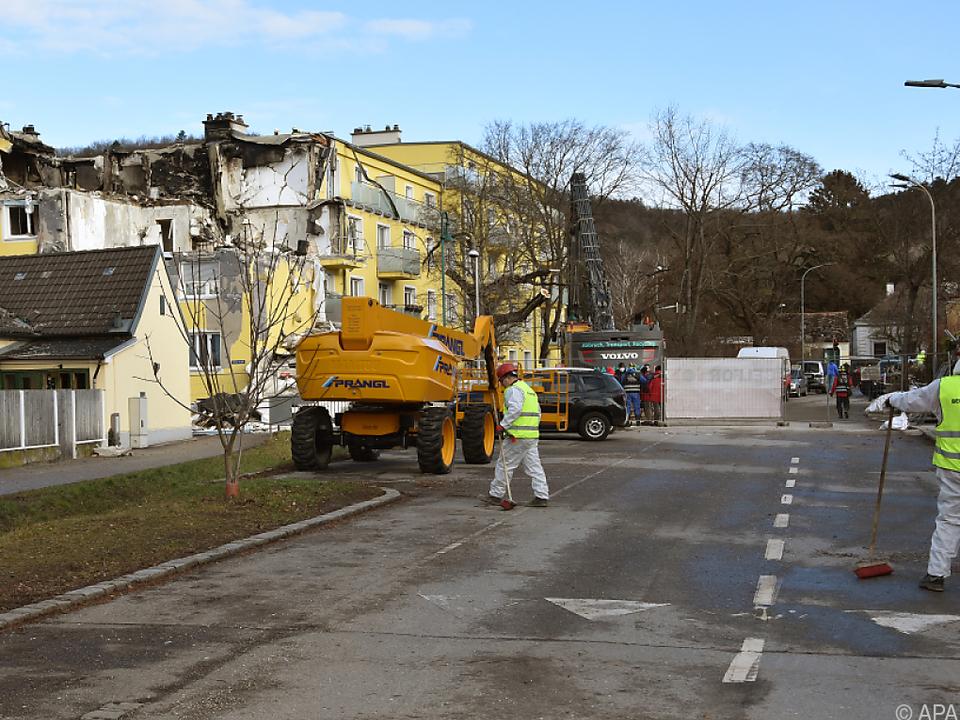 Nach Explosion stark beschädigtes Mehrparteienhaus in Langenzersdorf