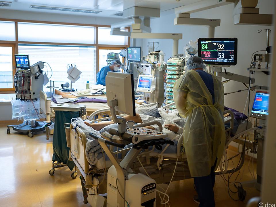 Medizinisches Personal auf einer Covid-Intensivstation