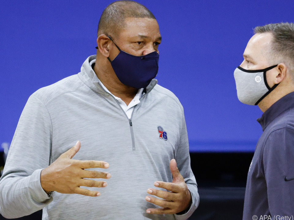 Sixers-Coach Doc Rivers im Gespräch mit Nuggets-Trainer Mike Malone
